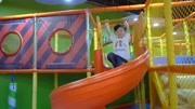 萌寶小正太來到室內兒童游樂園玩耍,都有些什么好玩的玩具呢?