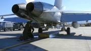 美軍技師檢修艦載機,你知道它的型號嗎?