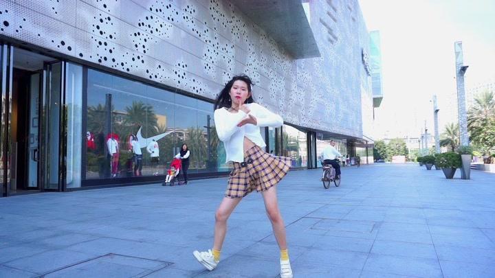 萌妹紙在萬達廣場尬舞,熱門歌曲《倍兒爽》大張偉