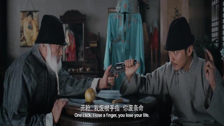 高手之間的較量,洋槍再快,能快的過手里的飛刀嗎