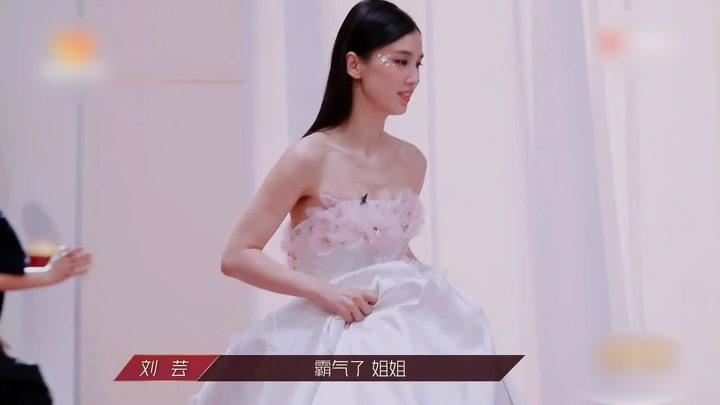 大型比美現場,黃圣依穿婚紗高調現身,姐姐們的表情亮了