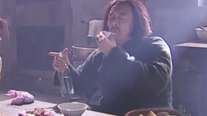 張鐵林吃戲,3個下酒菜,1瓶酒,來個大餅卷大蒜,吃的真香